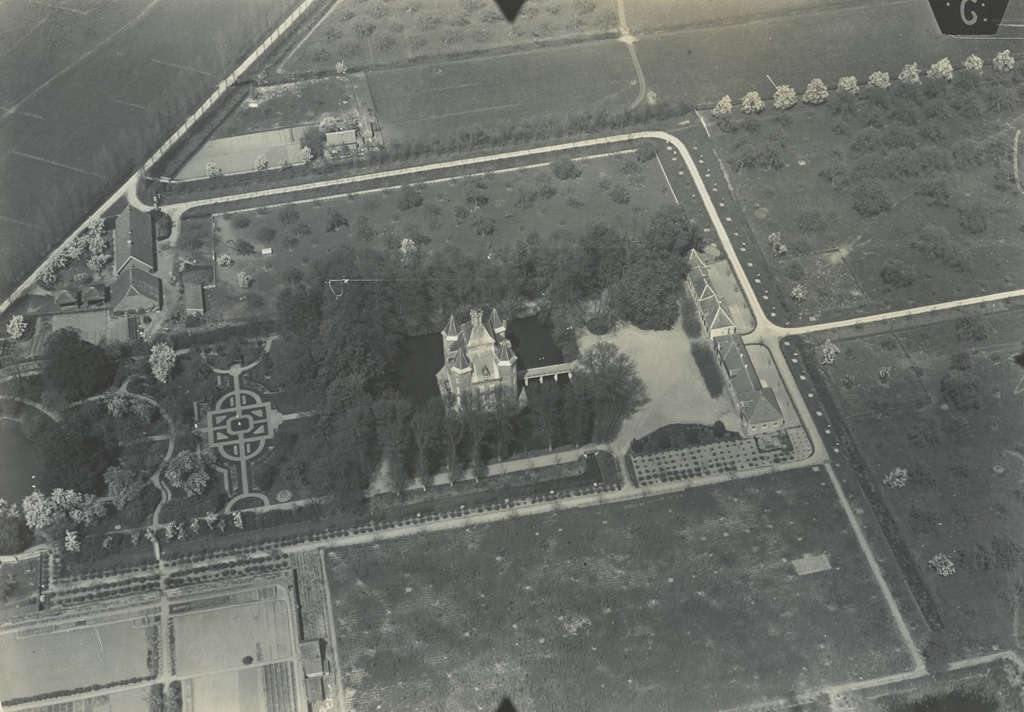 Kasteel Heemstede vanuit de lucht gezien in ca. 1920. Bron: Netherlands Institute of Military History, beeldbank, Flickr.